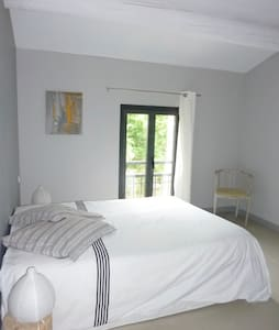 Chambre dans maison contemporaine avec piscine - Rumah