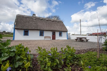 Thatched Cottage on Galway Bay - Maison