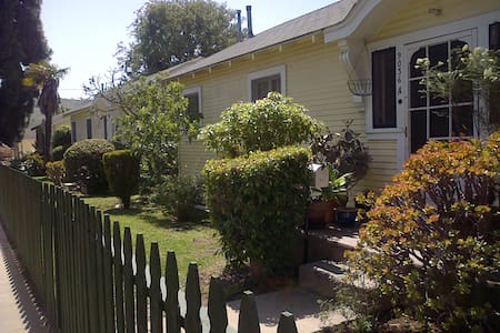Cozy Landmark Cottage-Quiet Street - Culver City - House