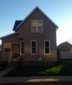 Charming home away from home - Dubuque - Casa