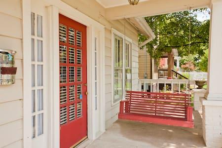 12th South Cozy Cottage w/Porch - Nashville - Ház