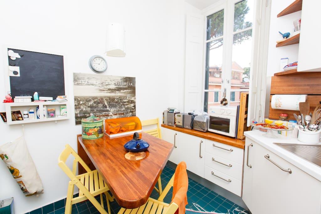 la cucina: si intravedono il forno a microonde, il tostapane e lo stereo