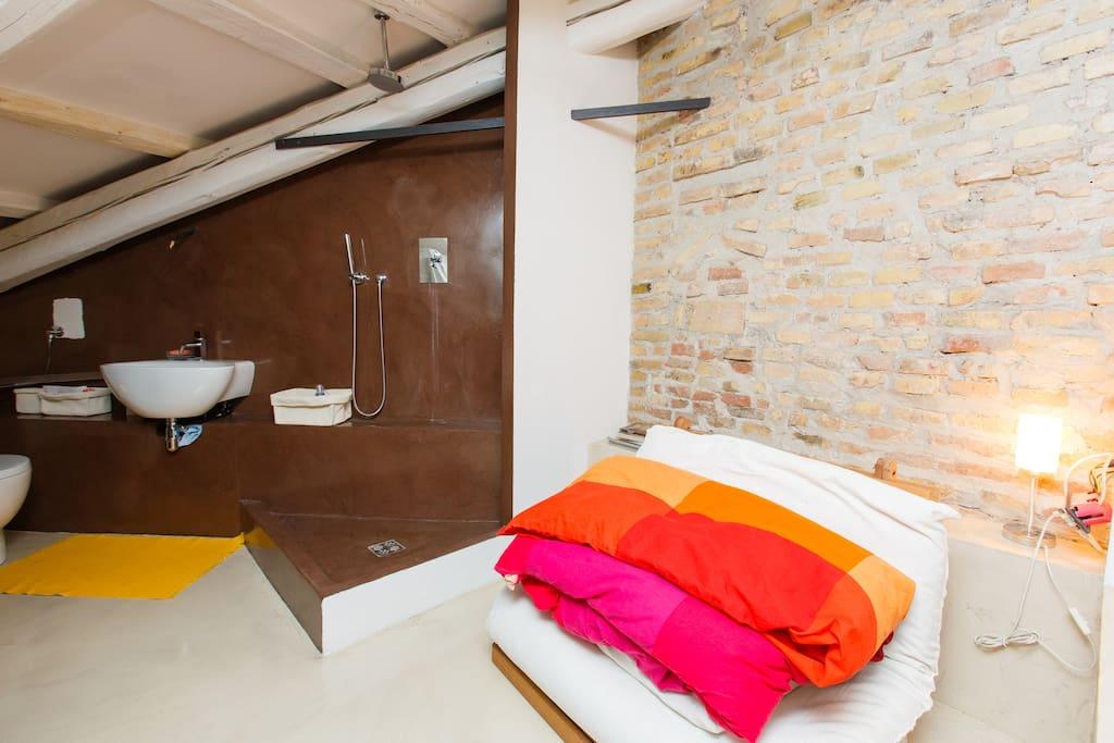 camera con bagno al piano di sopra