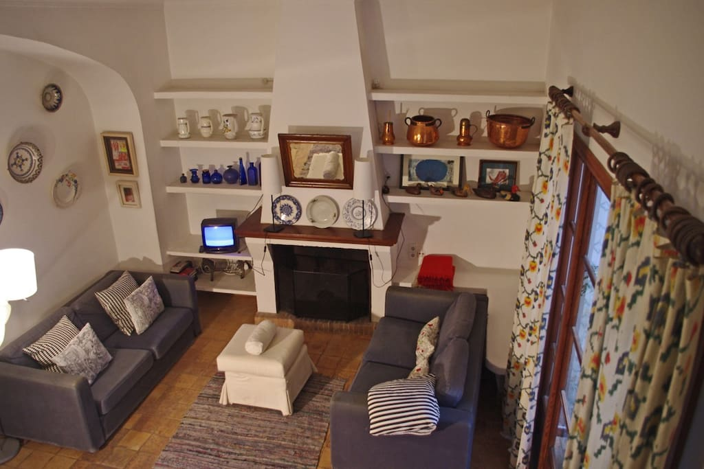 vista del salón desde la escalera de acceso a los dormitorios