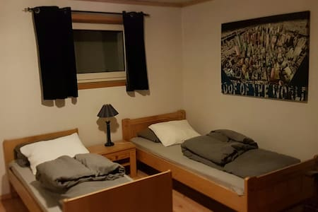 Room 2 bed, free parking and wifi. Own entrence. - Lillestrøm - Talo