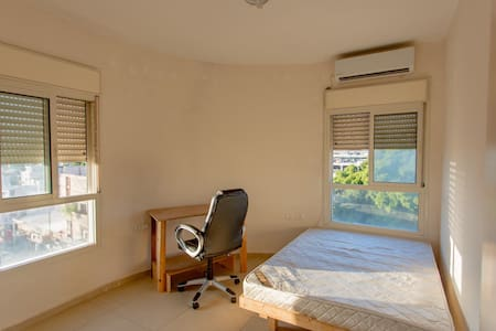 A Sunny Bedroom With Perfect Transportation - Tel Aviv-Yafo - Apartemen