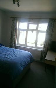 Large cosy double bedroom available - Huis