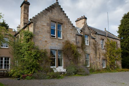 Old Scottish Castle near Airport - Bed & Breakfast
