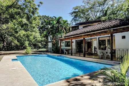 Casa Oasis Luxury Home w Pool - Walk to the Beach! - Ház