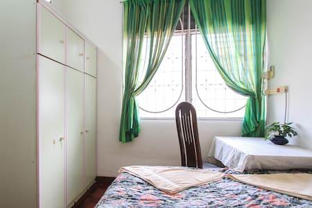 Budget Double Bed - quiet traveller - Gelugor - House