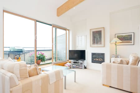 Luxury apartment located in the idyllic town of Greystones. Greystones is set in the beautiful surrounds of Wicklow on the south east coast of Ireland and just short drive to Dublin city centre.