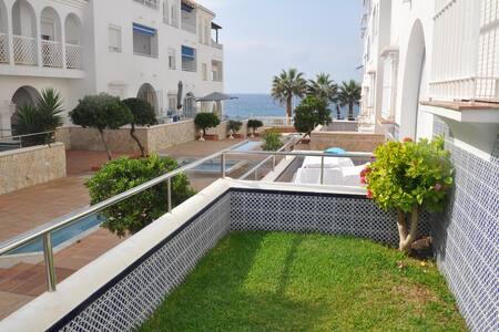 Apartamento con piscina y playa
