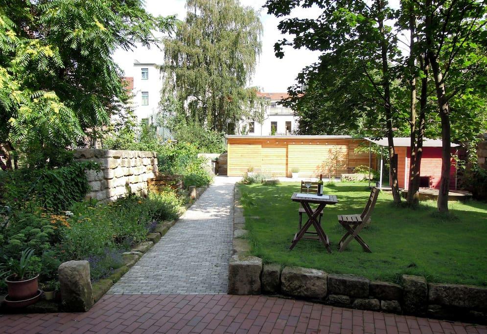 Im Garten könnt ihr gern frühstücken, oder den Stadtspaziergang mit einem sächsischen Dornfelder (fffffffrrrr...) ausklingen lassen.
