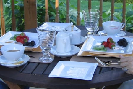 Luxe 1830 Downtown Ontario Cottage B & B - Port Hope - Bed & Breakfast