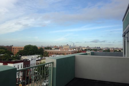 Big bed, chill Brooklyn vibes and amazing Manhattan view from your personal terrace. Our building is 2 blocks away from the L train, 4 blocks away from the J train and there's a supermarket right across the street. All you need when visiting NY!