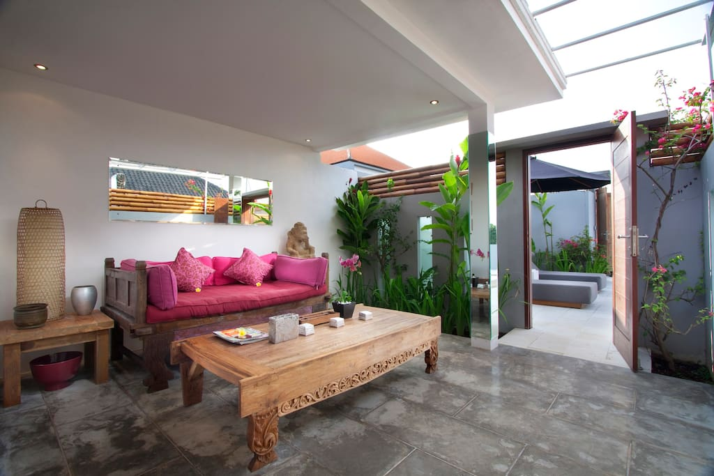 outside living area, view on the pool
