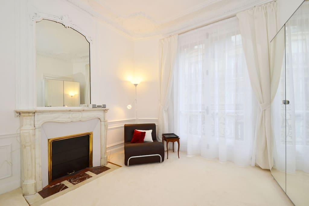 Spacious room near Arc de Triomphe ...your bedroom ?