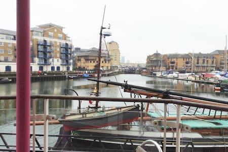 Limehouse Basin - Nr Canary Wharf - Apartment