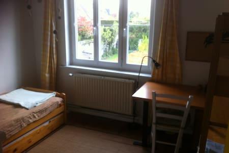chambre privée dans quartier calme - Dům