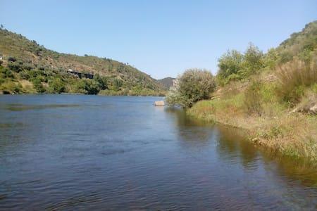 Em frente ao castelo, 3 min do rio