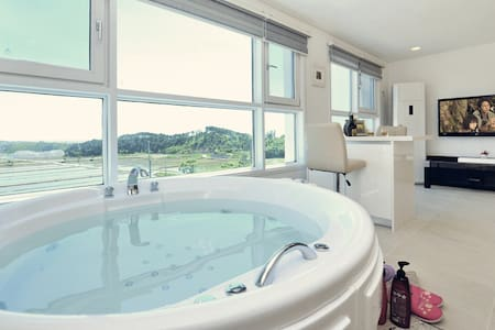 세비아, 월풀스파, 수영장(공용) 있는 속초 관광지 인근 양양의 커플 객실 - Ganghyeon-myeon, Yangyang - Bed & Breakfast
