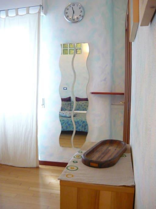 Particolare della camera Blu,specchio e finestra