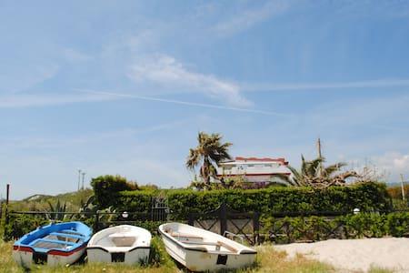Appartamento sulla spiaggia con giardino privato - Lejlighed