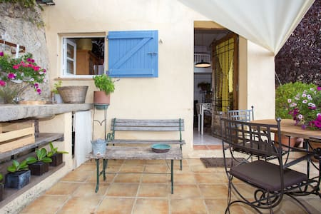 "Charming Provençal cottage perfectly situated in the ""Quartier des Parfumeurs"".  A 5min walk finds you in the historic Town of Grasse.  Open-plan living room and kitchen, Mezzanine Bed with separate shower room.  Summer Kitchen & Terrace."