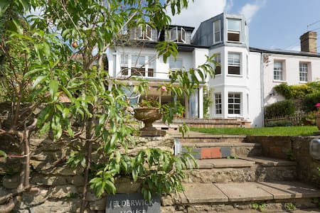 Top Flat with woodburner, country views & parking - Headington