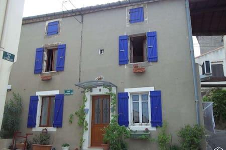 Maison de village à 14km de la cité de Carcassonne - Capendu - Rumah