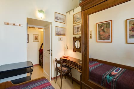 Private Room in a garden house - Rome - House
