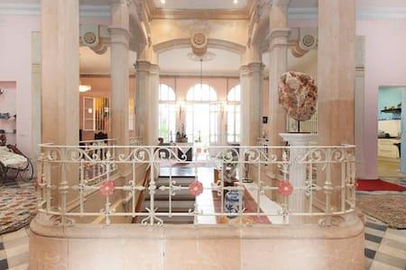 Mansion of Antonio Gaudi - Dom