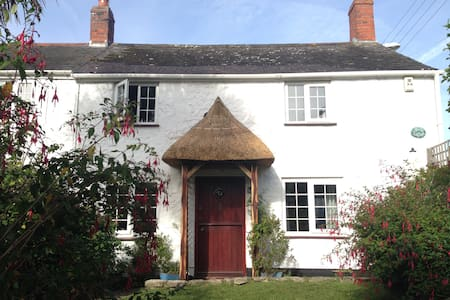 Warm and cosy 2 bedroom cottage centre of village. - House