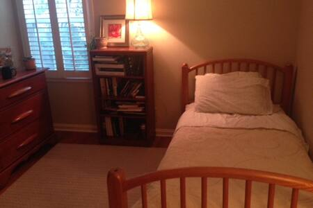 Cozy Room in Lovely Prairie Village - Casa