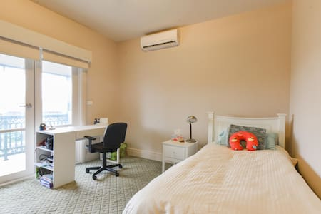 Central, spacious single bedroom