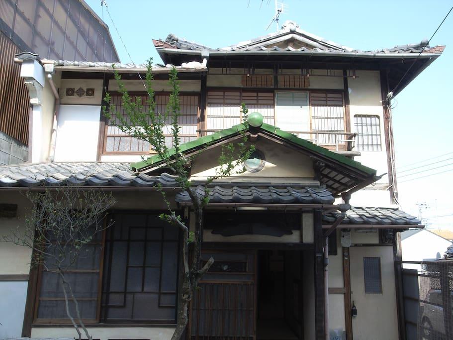 tea ceremony house,garden,5people