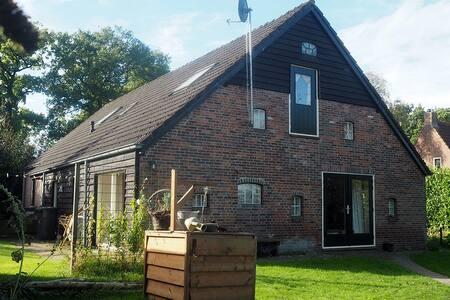 grote kamer in landelijk en sfeervol familiehuis - Drogteropslagen - House
