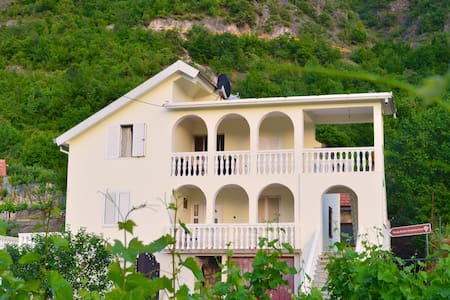 Country House Djurisic - Virpazar - Bed & Breakfast