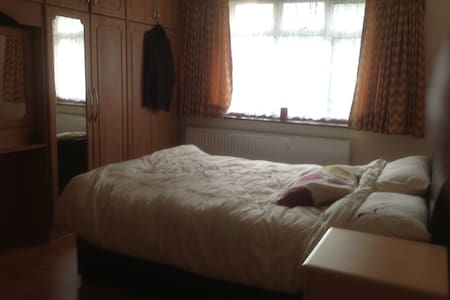 Comfortable double bedroom - London - House