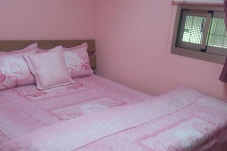 房間是雙人套房。供應早餐,洗衣機,自行車,有停車位,有後院。(垂房) - Hütte