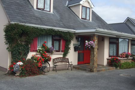 Our room is quite with a queen size bed, ensuring a good nights sleep,wake up to a freshly cooked breakfast, to start the day exploring killarneys national park / lakes / mountains, located near bye,