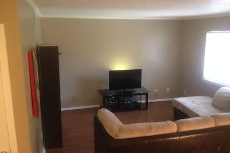 Private Room & Bath with rad Wifi - Austin - Apartment
