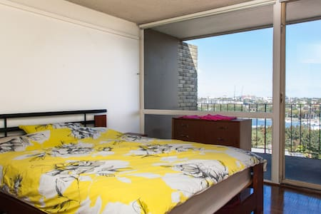 Bright & sunny 1 bedroom apartment with easy access to Sydney (just across the bridge). Ideal for couples or traveling friends. Enjoy the lovely view of the bay from the balcony!