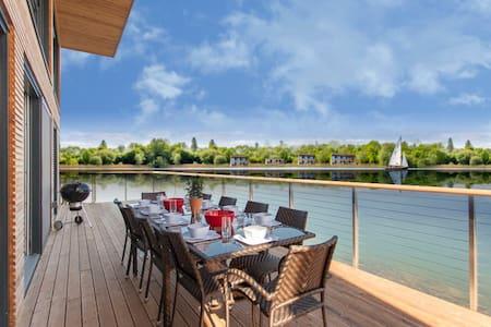 Longcross Waters at Lakes by Yoo sleeps  10 +2kids - Gloucestershire - Hus