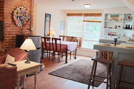 1 BR Apt Above Coffee Shop - Flat