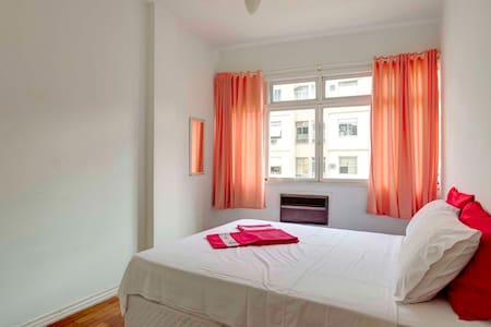 Comfortable private room in a 3-bedroom apartment in Copacabana. Located only two blocks from the beach behind the famous Copacabana Palace, and with bus and subway stations within 5 mins walking distance. A great base from which to discover Rio.