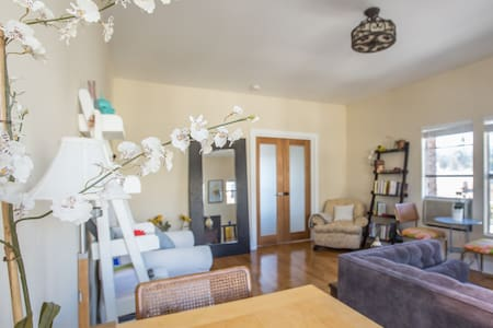 Very cozy and tiny room, perfect for getting a comfortable nights rest after exploring the city. The apartment is centrally located, with public transit steps away. Explore!
