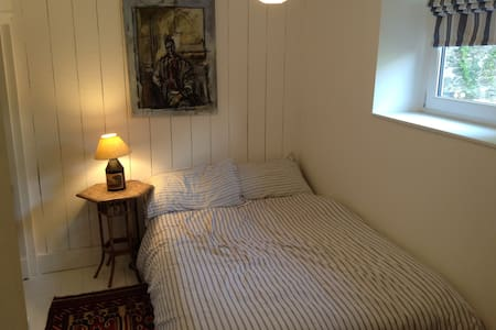 Double room in charming cottage - Dom