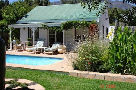 Cottage, sleeps 2 with kitchenette. - Sommerhus/hytte