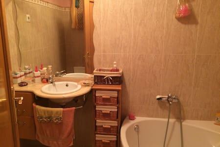 Piso. Alquilo dormitorio cn baño  - Bed & Breakfast